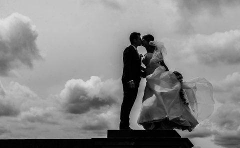 Hochzeitsreportage in Esslingen mit Sandra & Niko, der Kuss über den Wolken